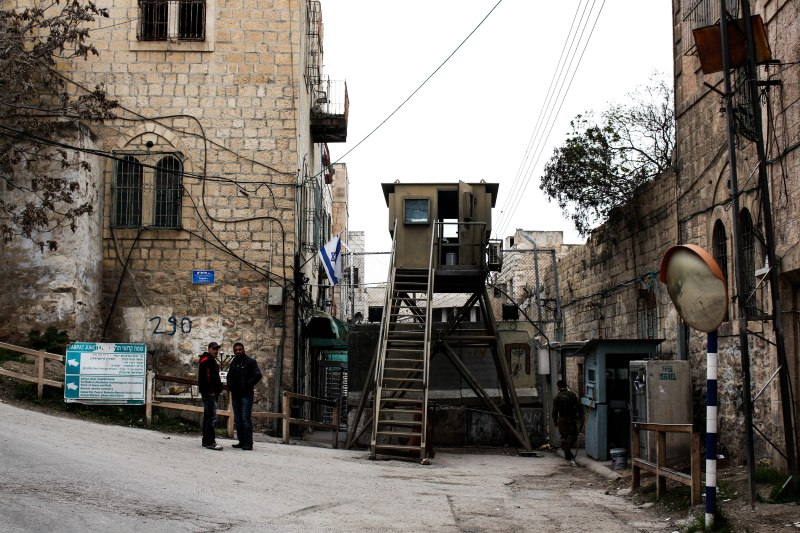Een checkpoint in de stad Hebron