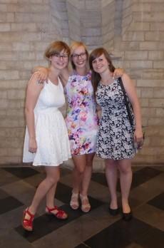 Annelies met twee vriendinnen op haar proclamatie